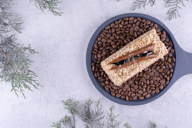 Delicioso bolo no tabuleiro escuro com grãos de café. foto de alta qualidade