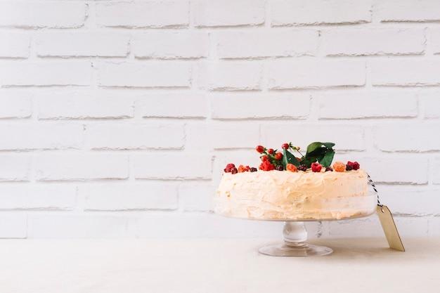 Delicioso bolo para o dia da mãe na frente da parede de tijolos