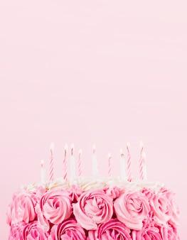 Delicioso bolo rosa com velas