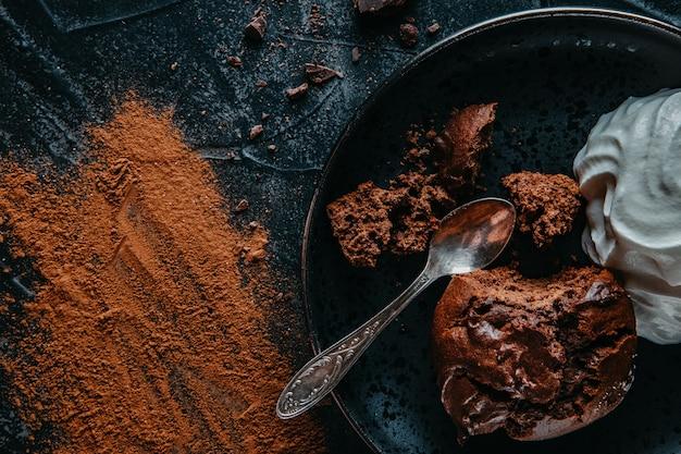 Delicioso brownie de chocolate com chantilly em um prato.