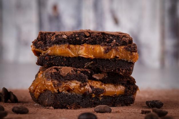 Delicioso brownie de chocolate na mesa