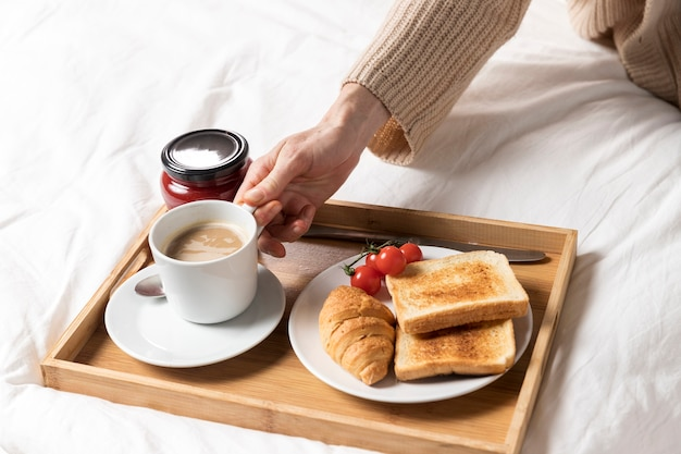 Delicioso brunch na cama para mulher grávida