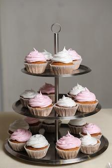 Delicioso buffet doce com cupcakes, buffet de férias doces