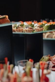 Delicioso buffet festivo com canapés e diferentes deliciosas refeições
