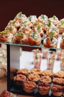 Delicioso buffet festivo com canapés e diferentes refeições deliciosas
