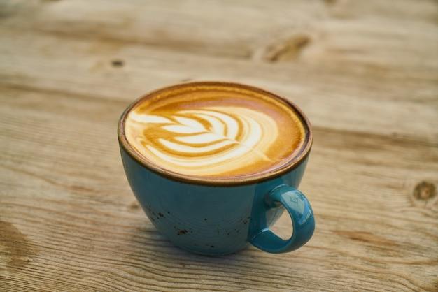 Delicioso café com leite na mesa de madeira