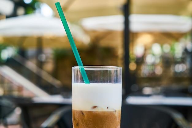 Delicioso café com leite na mesa