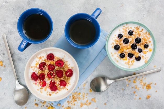 Delicioso café da manhã cereais com frutas