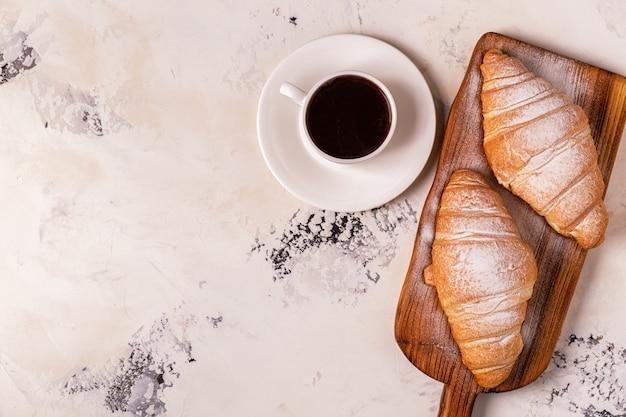 Delicioso café da manhã com croissants frescos.