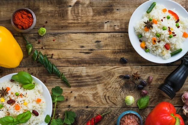 Delicioso café da manhã com ingredientes frescos na mesa marrom