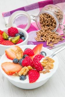 Delicioso café da manhã com iogurte e frutas