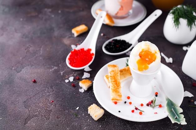 Delicioso café da manhã com ovos cozidos