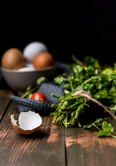 Delicioso café da manhã com ovos e folhas