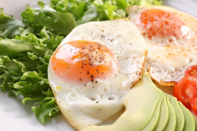 Delicioso café da manhã com ovos fritos no prato