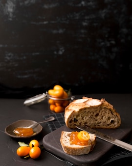 Delicioso café da manhã com pão e geléia caseira