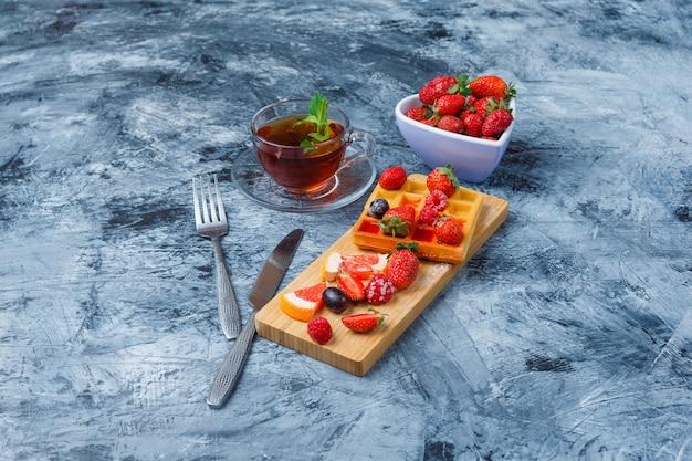 Delicioso café da manhã com waffle e frutas