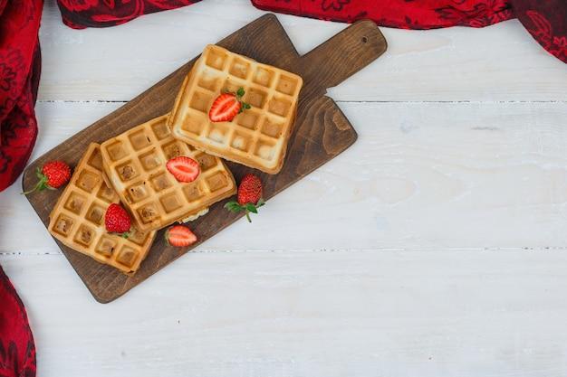Delicioso café da manhã com waffles e frutas