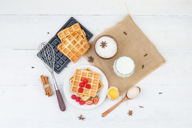 Delicioso café da manhã com waffles, leite e frutas vermelhas