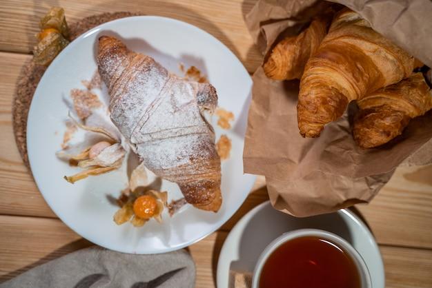 Delicioso café da manhã continental com croissantsl escamoso fresco e café