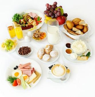 Delicioso café da manhã de vários cursos