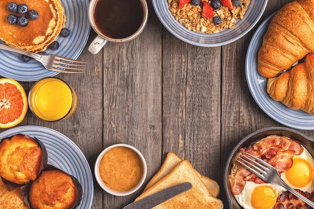 Delicioso café da manhã em mesa rústica