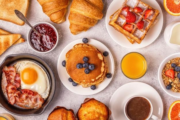 Delicioso café da manhã em uma mesa leve.