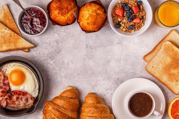 Delicioso café da manhã em uma mesa leve