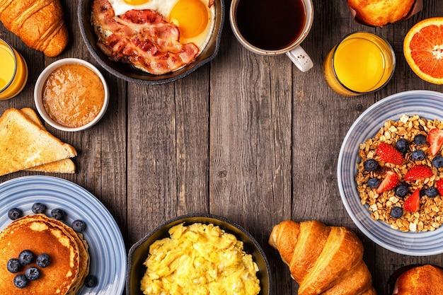 Delicioso café da manhã em uma mesa rústica vista superior cópia espaço