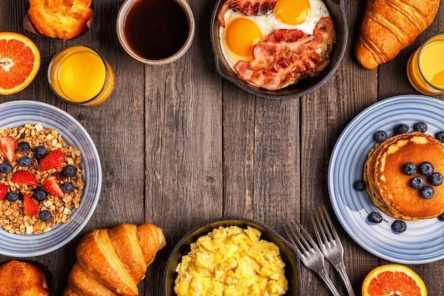Delicioso café da manhã em uma mesa rústica. vista superior, copie o espaço.