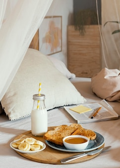 Delicioso café da manhã na cama de alto ângulo