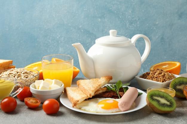 Delicioso café da manhã ou almoço. mesa cinza