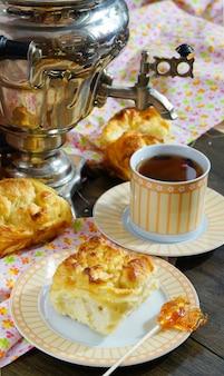 Delicioso café da manhã - pães de massa de fermento e grande samovar