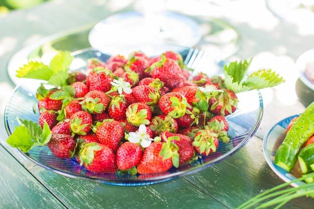 Delicioso café da manhã saudável com frutas frescas