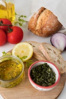 Delicioso café da manhã saudável com pão alta vista