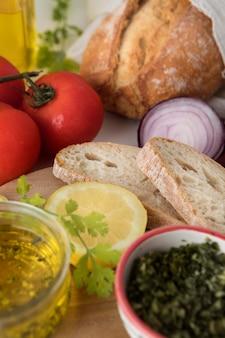 Delicioso café da manhã saudável com pão e legumes