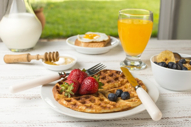 Delicioso café da manhã waffle