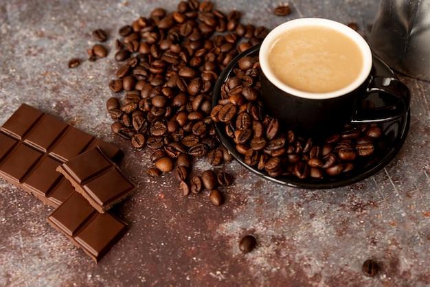 Delicioso café e barras de chocolate