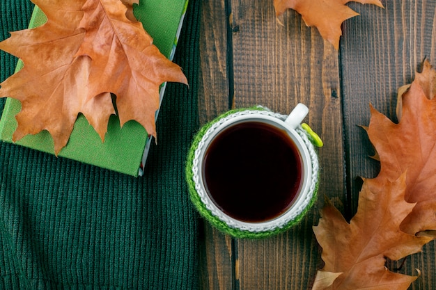 Delicioso café e um livro. o conceito de outono, ainda vida, relaxamento, estudo