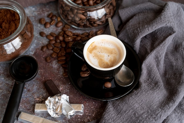 Delicioso café em copo preto