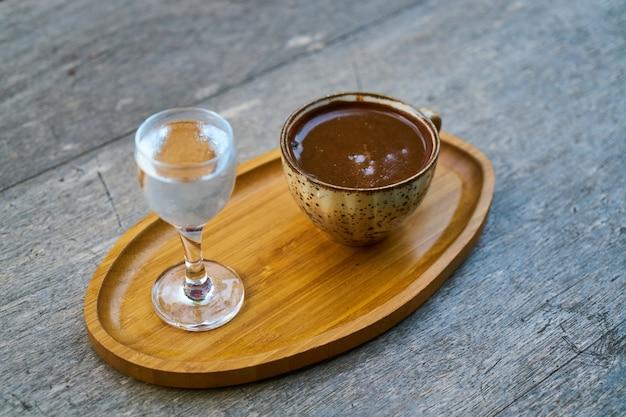 Delicioso café turco no prato de madeira