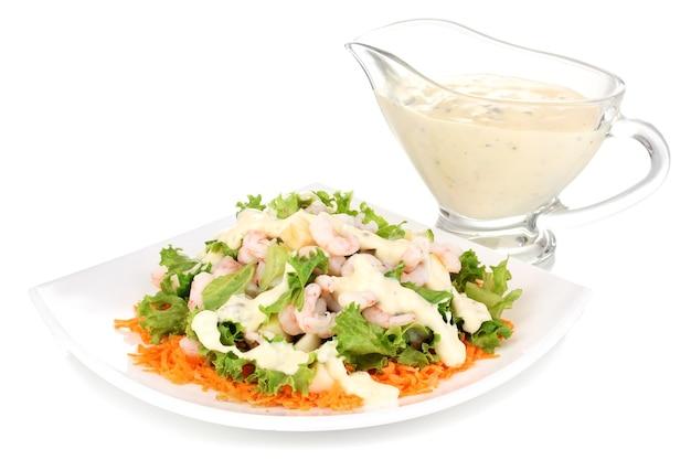 Delicioso camarão marinado no prato branco