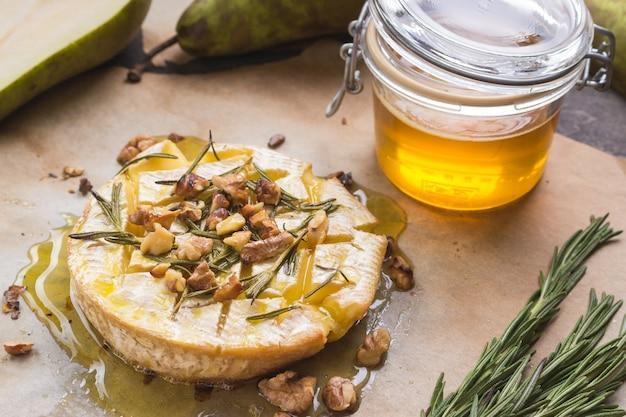 Delicioso camembert assado com mel, nozes, ervas e peras
