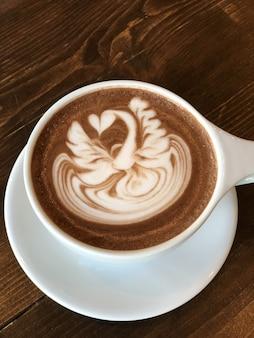 Delicioso cappuccino com uma linda pintura na espuma