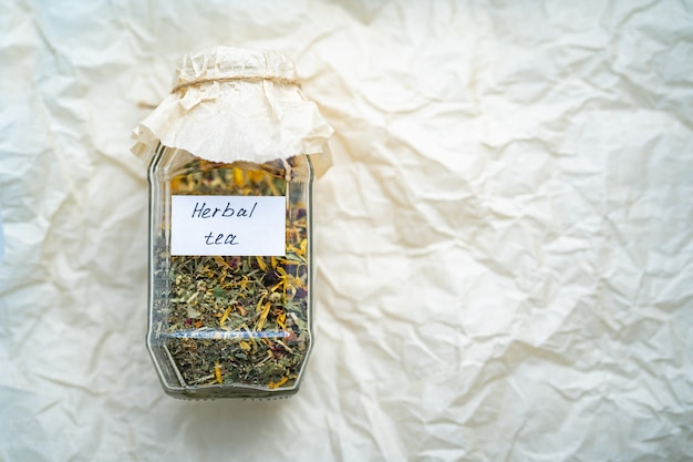 Delicioso chá de ervas em frasco de vidro. erva útil seca para a fabricação de cerveja.