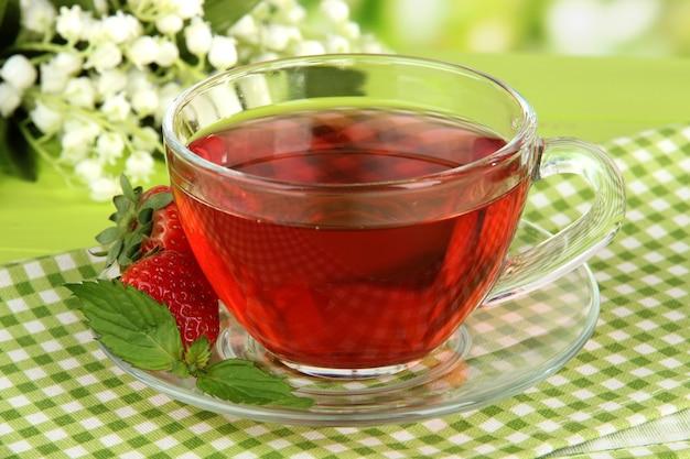 Delicioso chá de morango na mesa brilhante