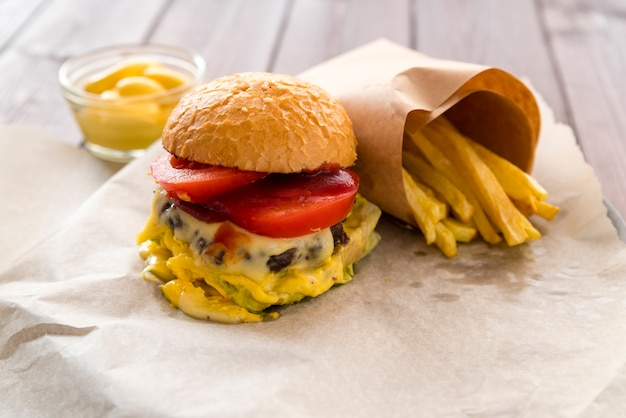 Delicioso cheeseburger com batatas fritas