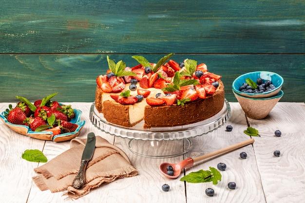 Delicioso cheesecake com morangos frescos para sobremesa