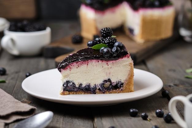 Delicioso cheesecake com sobremesa de frutos silvestres com mirtilos e amoras