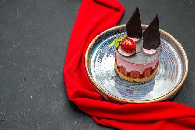 Delicioso cheesecake de frente com morango e chocolate em tigelas de prato com morangos