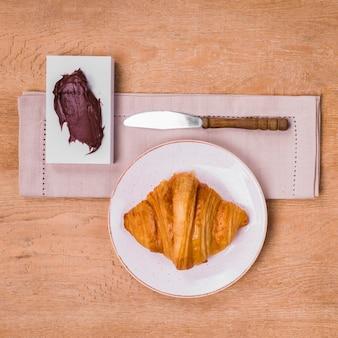 Delicioso chocolate espalhado com croissant